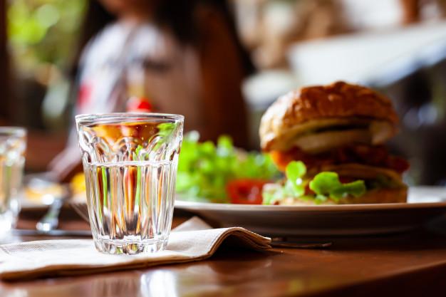 """MIT spulberat! Celebru nutriționist: """"Bea un pahar de apă în timpul mesei"""""""