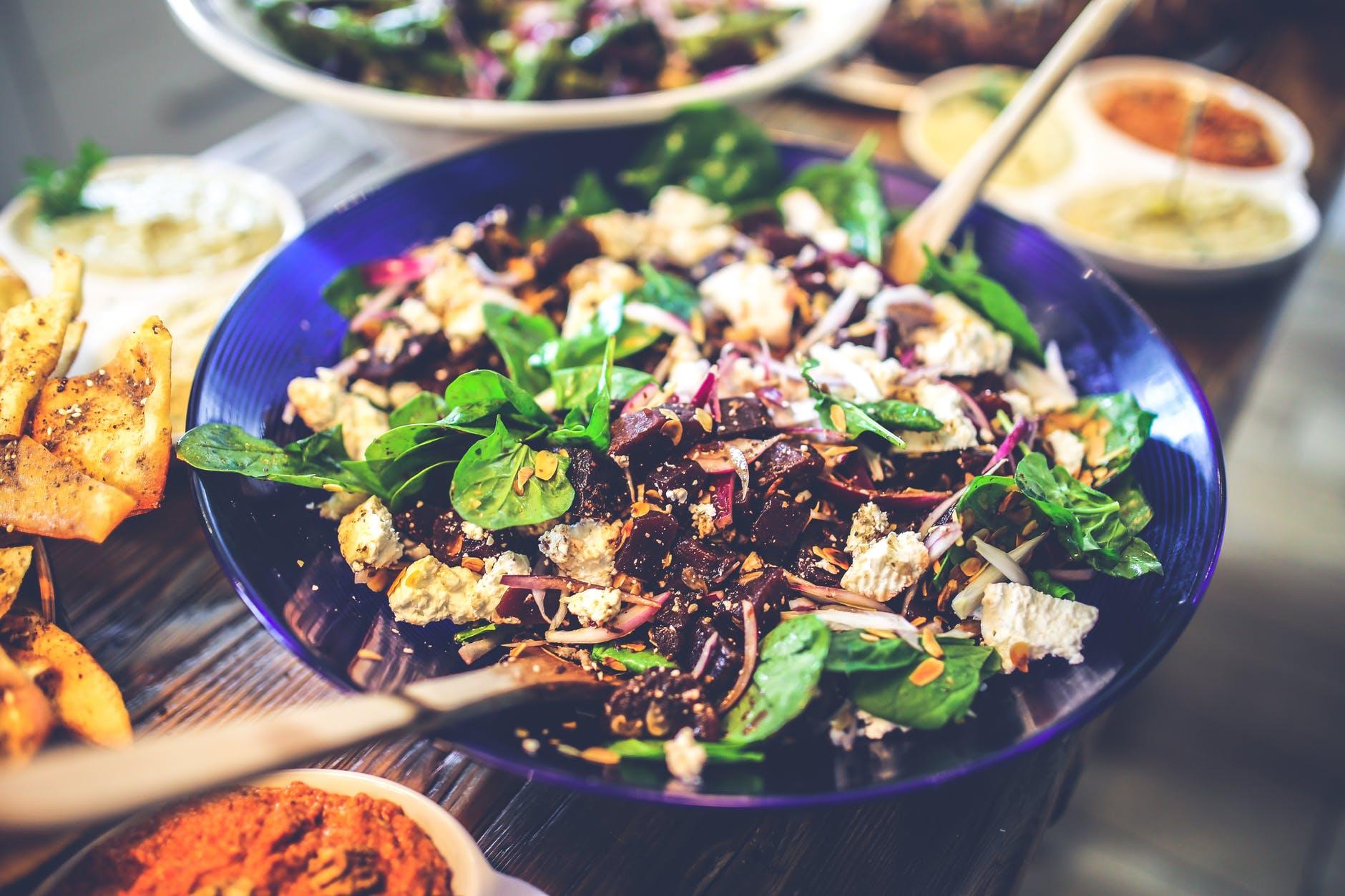 Adevarul despre salata. Nutritionist: Felul de mancare cu care ne putem pacali cel mai tare