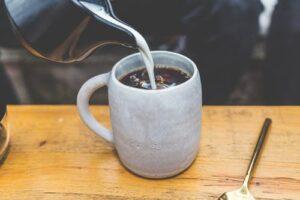 Nu adauga lapte in cafea! Explicatia gestului care distruge diminetile