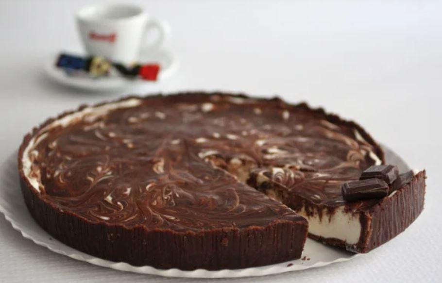 Plăcintă de ciocolată, cea mai simplă rețetă. O puteți face acasă cu 3 ingrediente pe care le aveți...