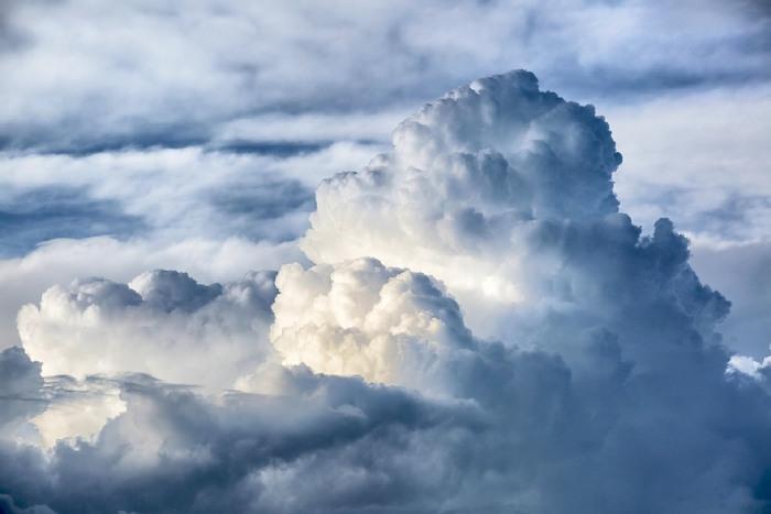 Mitul norilor ce par ușori și pufoși ca vata de zahăr