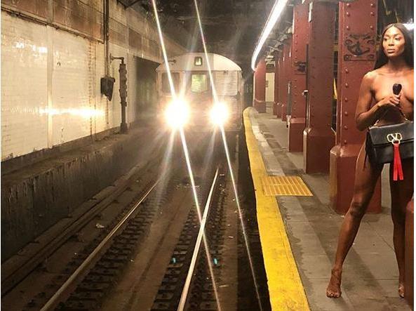 A încins stația de metrou! Naomi Campbell, goală la 50 de ani