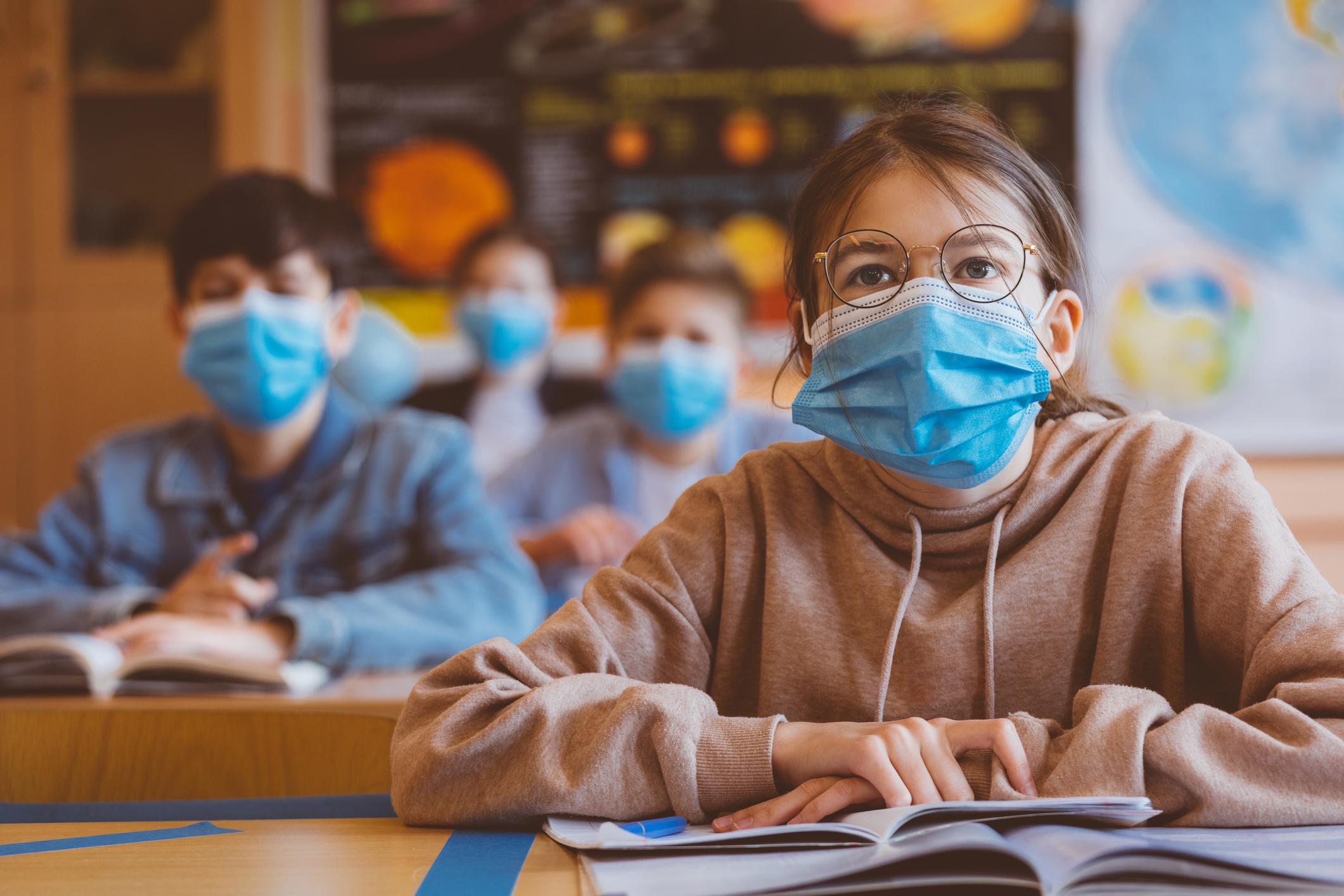 Experiment cu masca pe faţă pentru elevi. Medic: