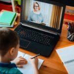 Mulți copii clachează din cauza școalii online. Poza care a devenit virală