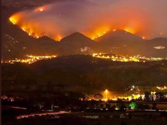 Incendiu violent pe litoralul din apropierea Marsiliei. 800 de hectare de vegetatie au fost devastate!