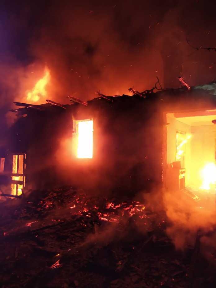 Incendiu. O familie cu trei copii a rămas fără acoperiș deasupra capului