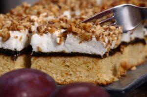 Surpriză dulce! Este cea mai bună prăjitură cu gem de prune și nuci / VIDEO