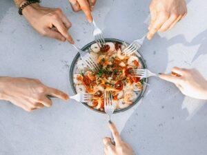 O salata dementiala, incredibil de gustoasa! Reteta se prepara rapid si este ideala pentru zilele calduroase