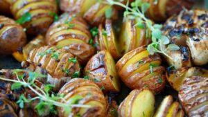Cartofi acordeon cu usturoi. Rețeta perfectă pentru o zi de toamnă