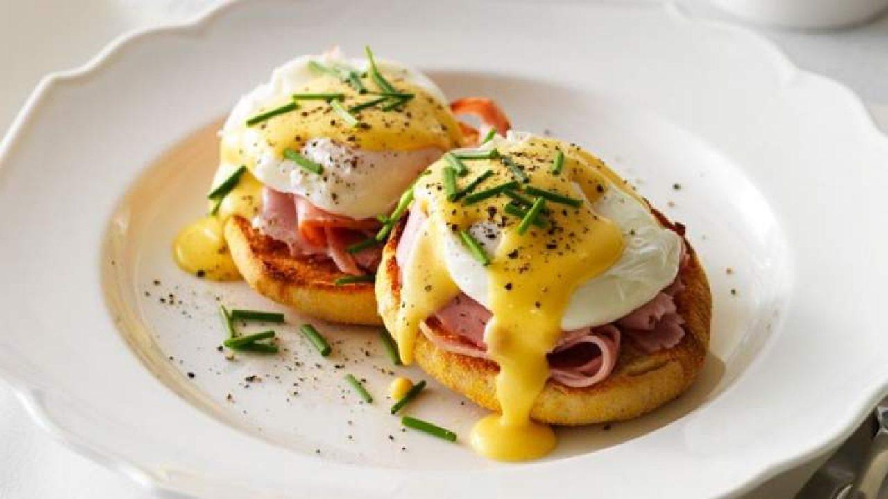 Micul dejun cu aspect și gust WOW! Ouă Benedict, varianta lui chef Florin Dumitrescu
