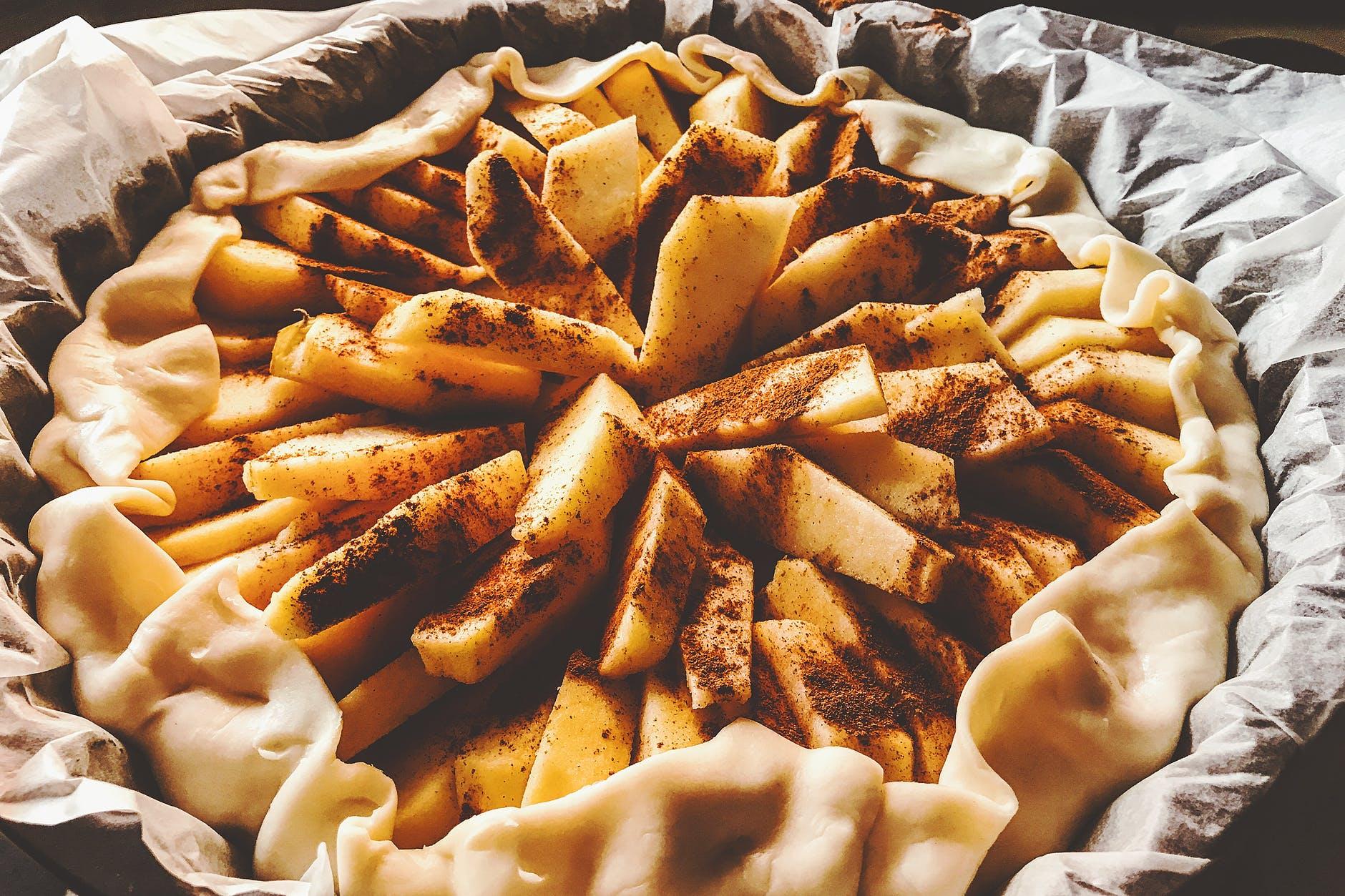 Prăjitură delicioasă cu mere! Trebuie doar să amesteci ingredientele și să dai TAVA la cuptor