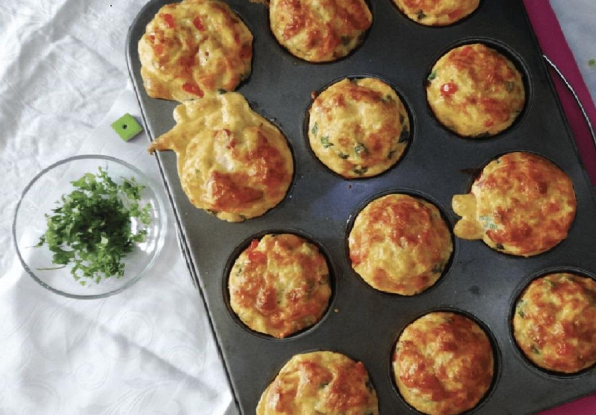 Răsfăț cu un mic dejun de nerefuzat, omletă-brioșă la cuptor