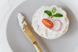 Toți românii mănâncă pâine cu brânză, însă nimeni nu știe ASTA! Dr. Mihaela Bilic a explicat ce declanșează această combinație banală