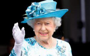 Prima apariția publică a Reginei Angliei. A vizitat un important laborator militar