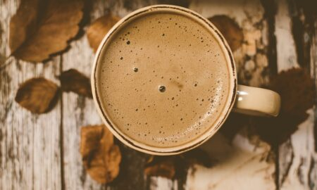 Adaugi lapte în cafea? Acest obicei îți poate distruge diminețile. Iată explicația!