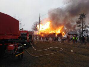O biserică a ars în ziua de Sfântul Apostol Andrei. Zeci de pompieri au intervenit de urgență