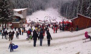 Românii vor să călătorească de sărbători, dar se tem să rezerve în avans vacanțe