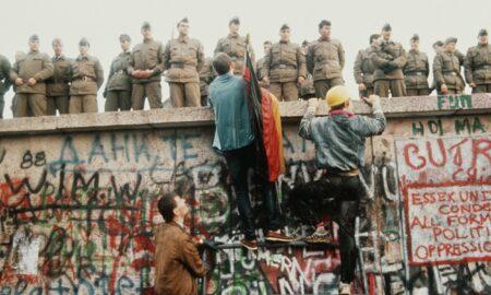 Trei decenii de la dispariția celui mai semnificativ simbol comunist. Mii de persoane au contribuit la dărâmarea acestuia