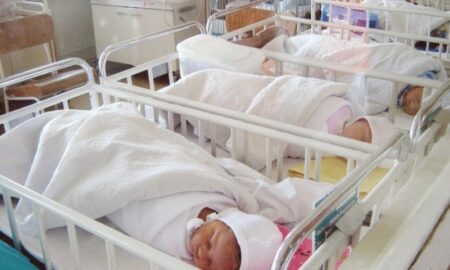 """Povestea dramatică a unui bebeluș vândut din maternitate. """"Medicii le-au spus că am murit"""""""