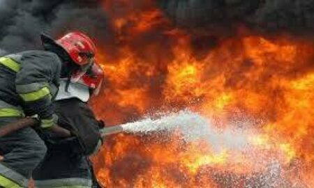 Incendiu devastator la Suceava. O biserică arde din temelii. Zeci de pompieri se luptă cu flăcările
