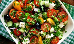 4 variante de salată pentru cei care vor să slăbeasă. Se prepară rapid și sunt delicioase!