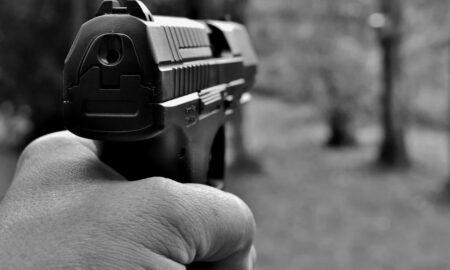 Un jurnalist, amenințat cu pistolul și jefuit în timpul unei transmisiuni în direct