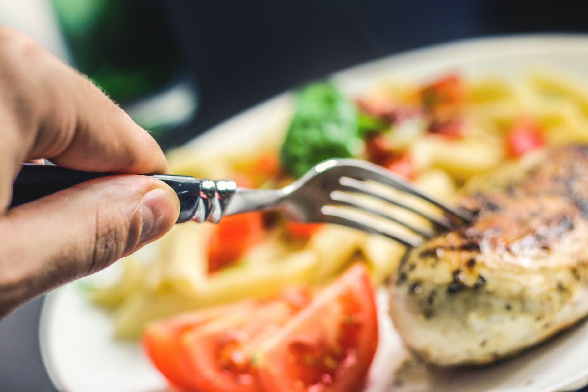 Ce se întâmplă dacă mănânci seara! Răspunsul care răstoarnă toate miturile