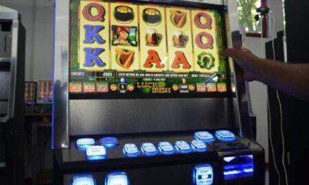 Râmnicu-Vâlcea: O învățătoare a jucat banii pe fondul clasei la păcănele