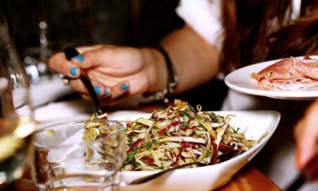 Marea greșeală alimentară care duce la CANCER. Este vorba despre trei produse consumate zilnic de români
