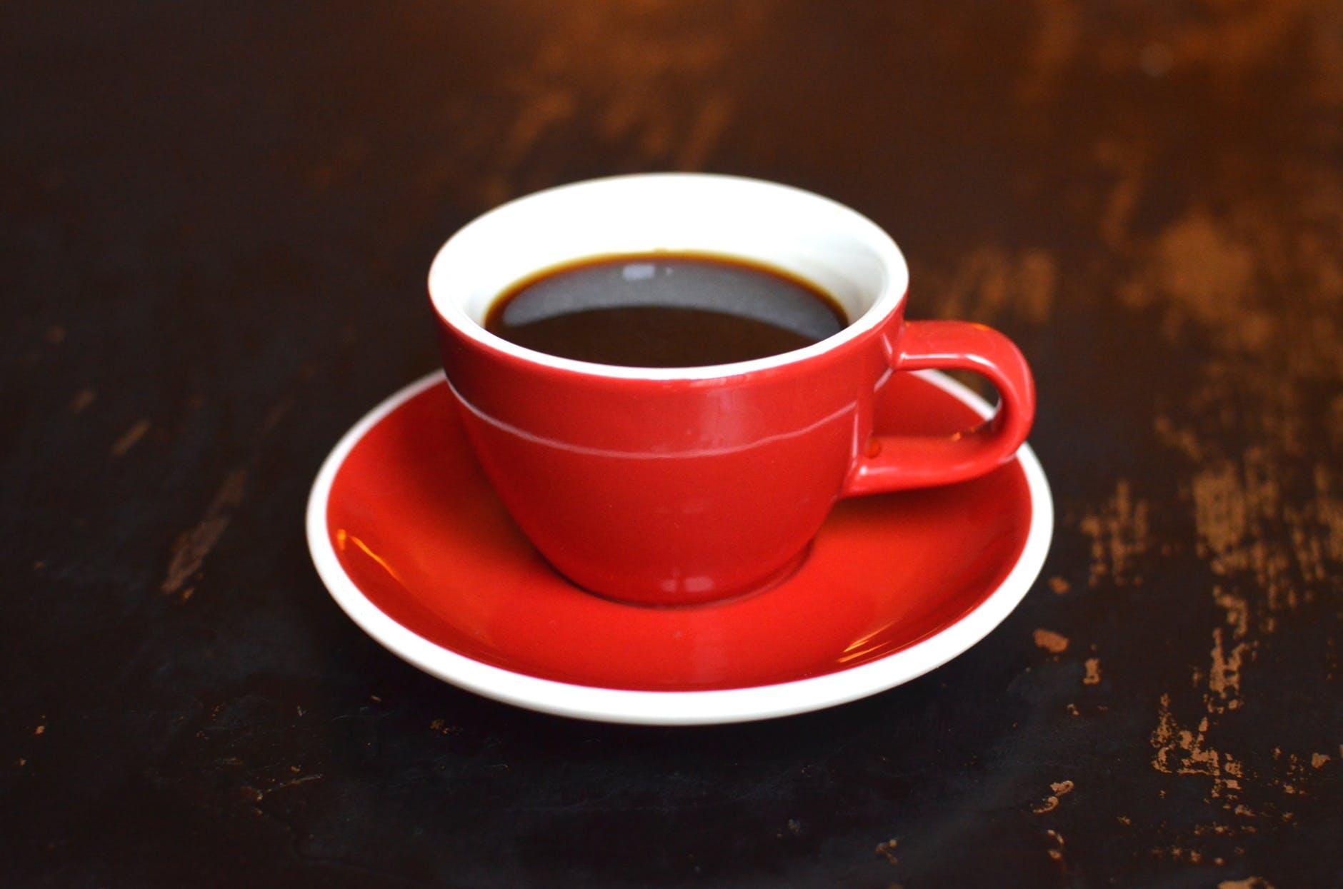 Ce se întâmplă dacă bei cafea seara? Studiul care demontează tot ce s-a știut până acum