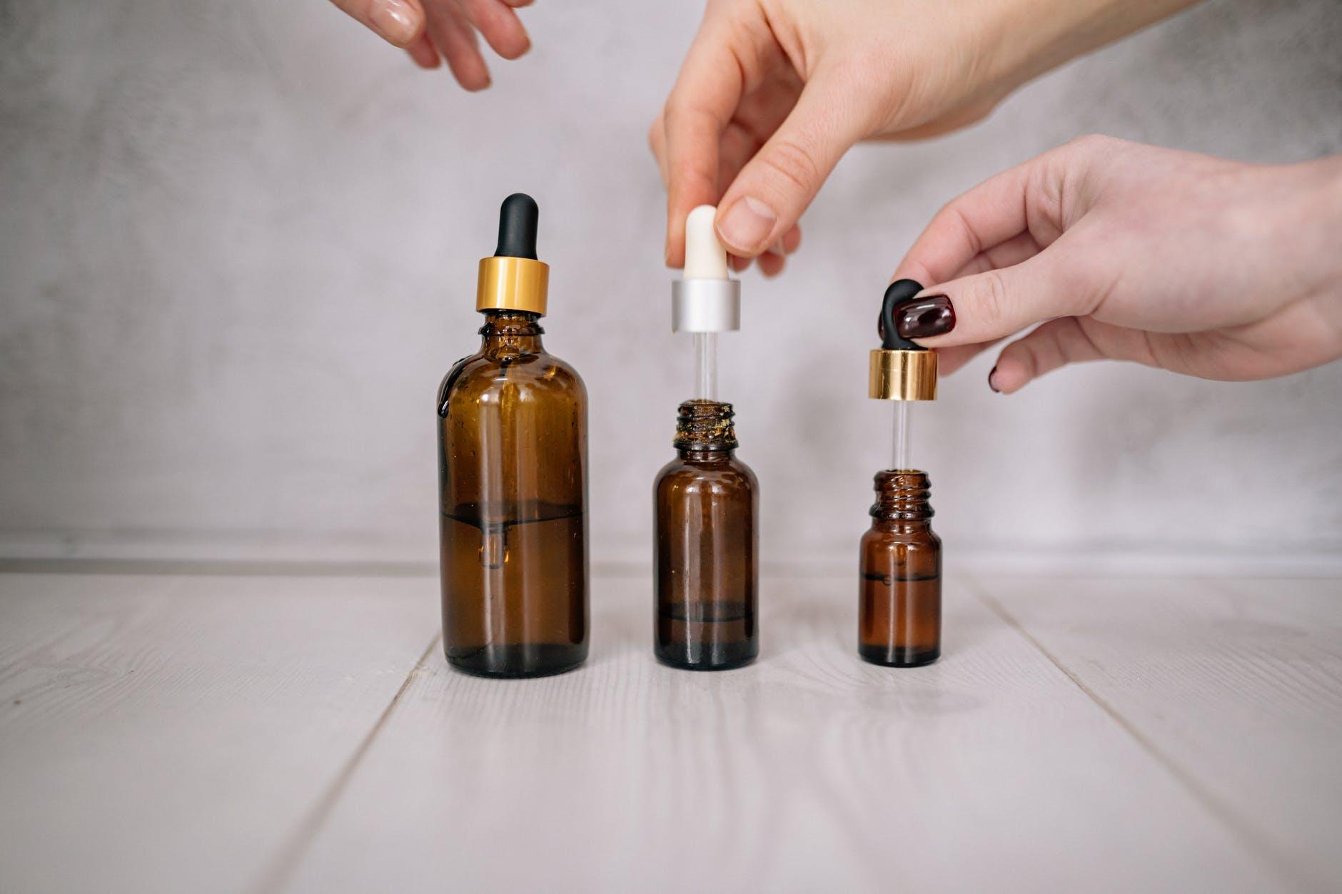 Esențe puternice în sticluțe mici: uleiuri esențiale. Fac minuni pentru sănătate!