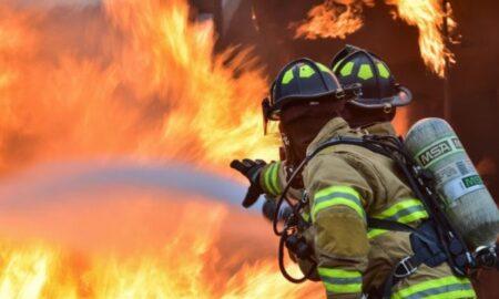 Incendiu violent la un depozit de deșeuri periculoase. Pompierii intervin de urgență pentru stingerea flăcărilor!