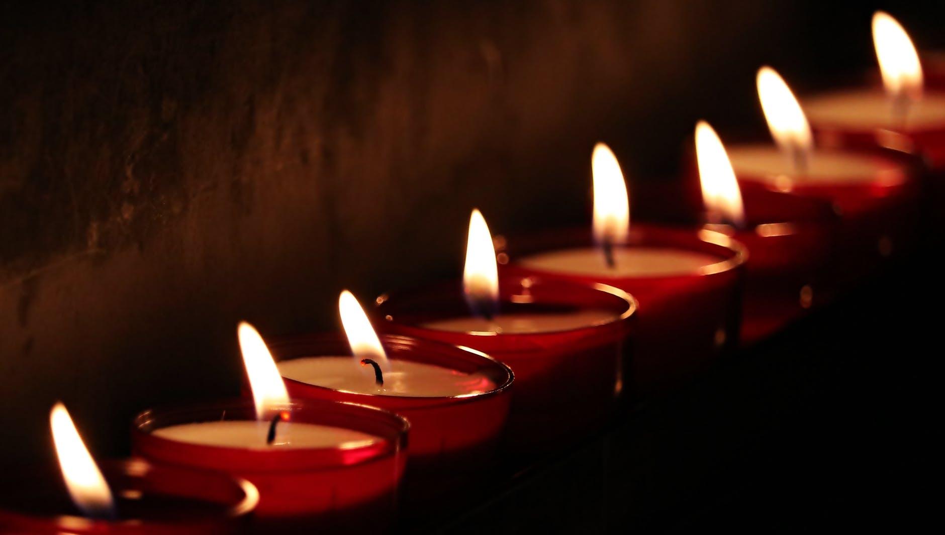 Ritualul celor 33 de lumânări aprinse. Credincioșii se tămăduiesc de diferite boli și li se împlinesc rugăciunile