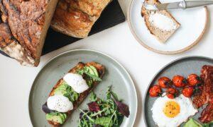 Toast cu avocado și ou poșat. Deliciu pentru un mic-dejun rapid și sănătos!