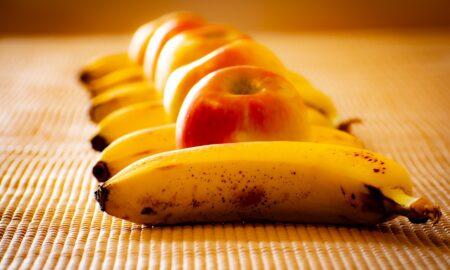 Surprinzător! Ce se întâmplă în organism după ce mănânci un măr SAU o banană?