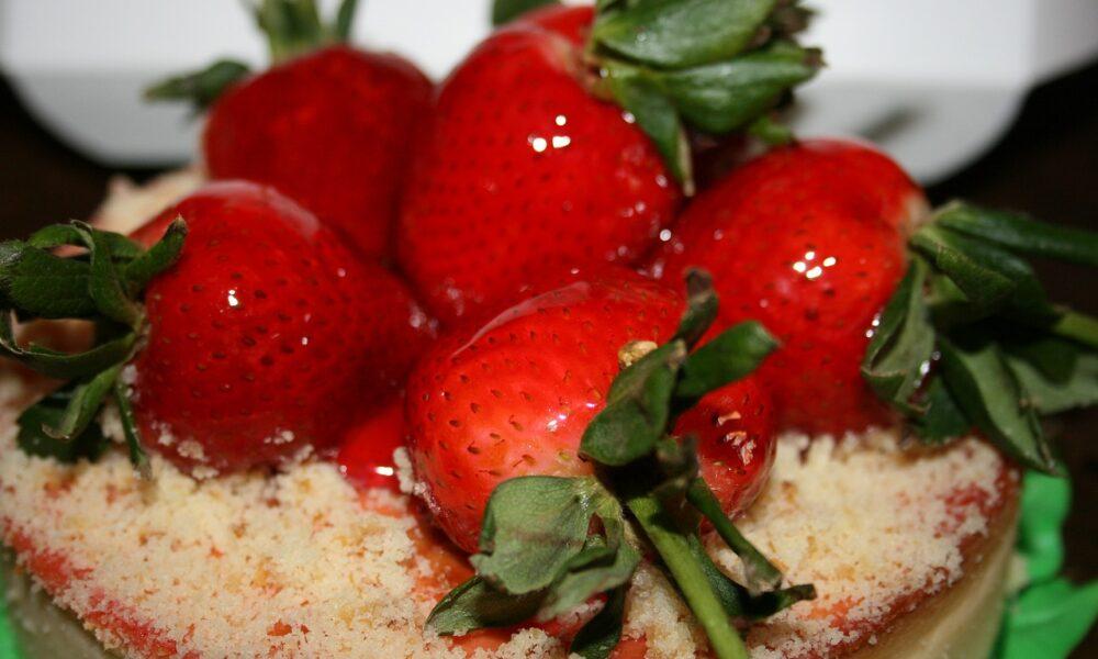 Cea mai delicioasă prăjitură cu căpșuni. Rețeta se prepară foarte ușor
