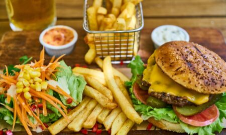 Mihaela Bilic: Fast-food-ul îngrașă, însă mâna noastră duce mâncarea la gură
