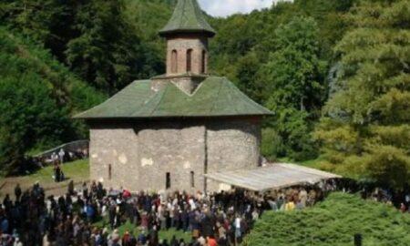 Mormane de bani la mormântul Părintelui Arsenie Boca! Credincioşii au venit cu miile de Rusalii