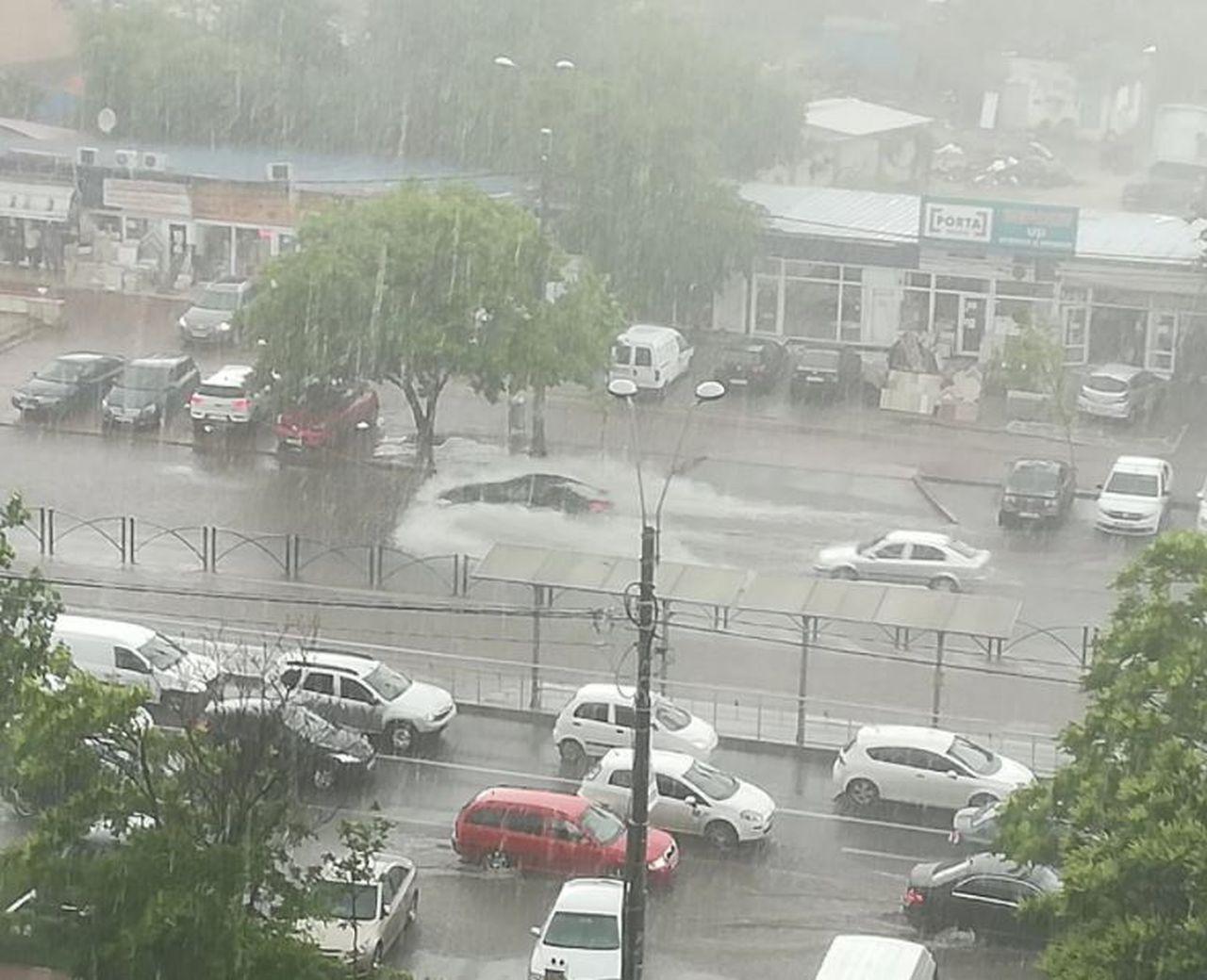 Furtuna a paralizat Capitala. A fost emis mesaj RoAlert. Străzi inundate și copaci căzuți