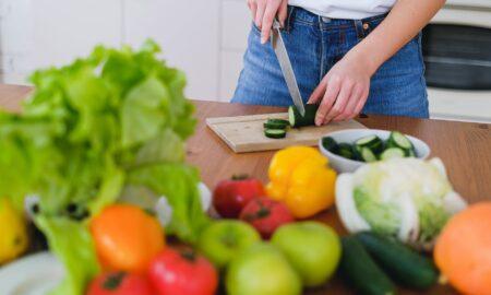 8 alimente care nu merită să fie gătite. Sunt mai hrănitoare dacă le consumi crude!