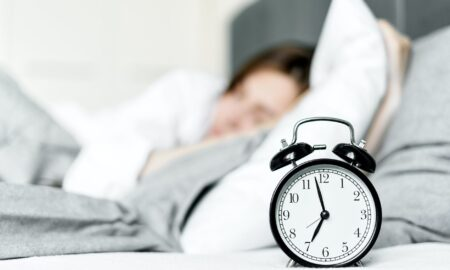 Cum să te trezești repede dimineața? Tehnica care te va ajuta să uiți de cele 5 minute suplimentare