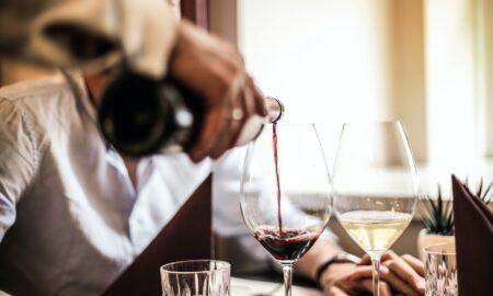 Ce se întâmplă cu corpul tău dacă bei un pahar de vin înainte de a dormi?