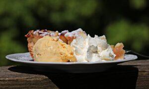 Cel mai răcoritor desert: Tort cu mere și iaurt, fără pic de unt