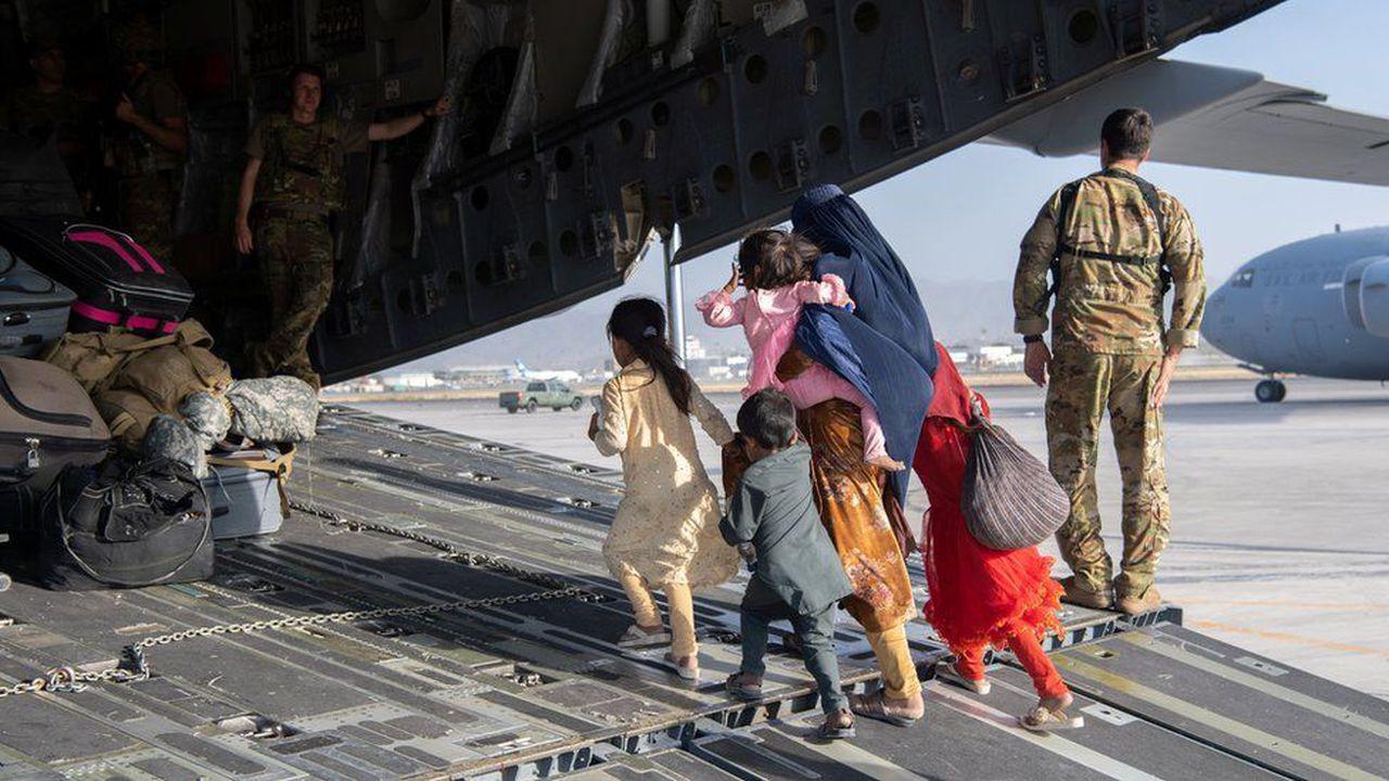 Aeroportul din Kabul. Focuri de armă înspre avion