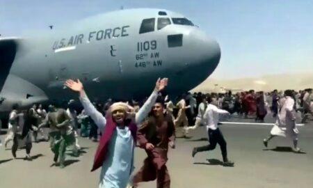 Afganii sunt disperați să plece din țara lor de teama talibanilor. Printre persoanele evacuate se ascund și serviciile secrete