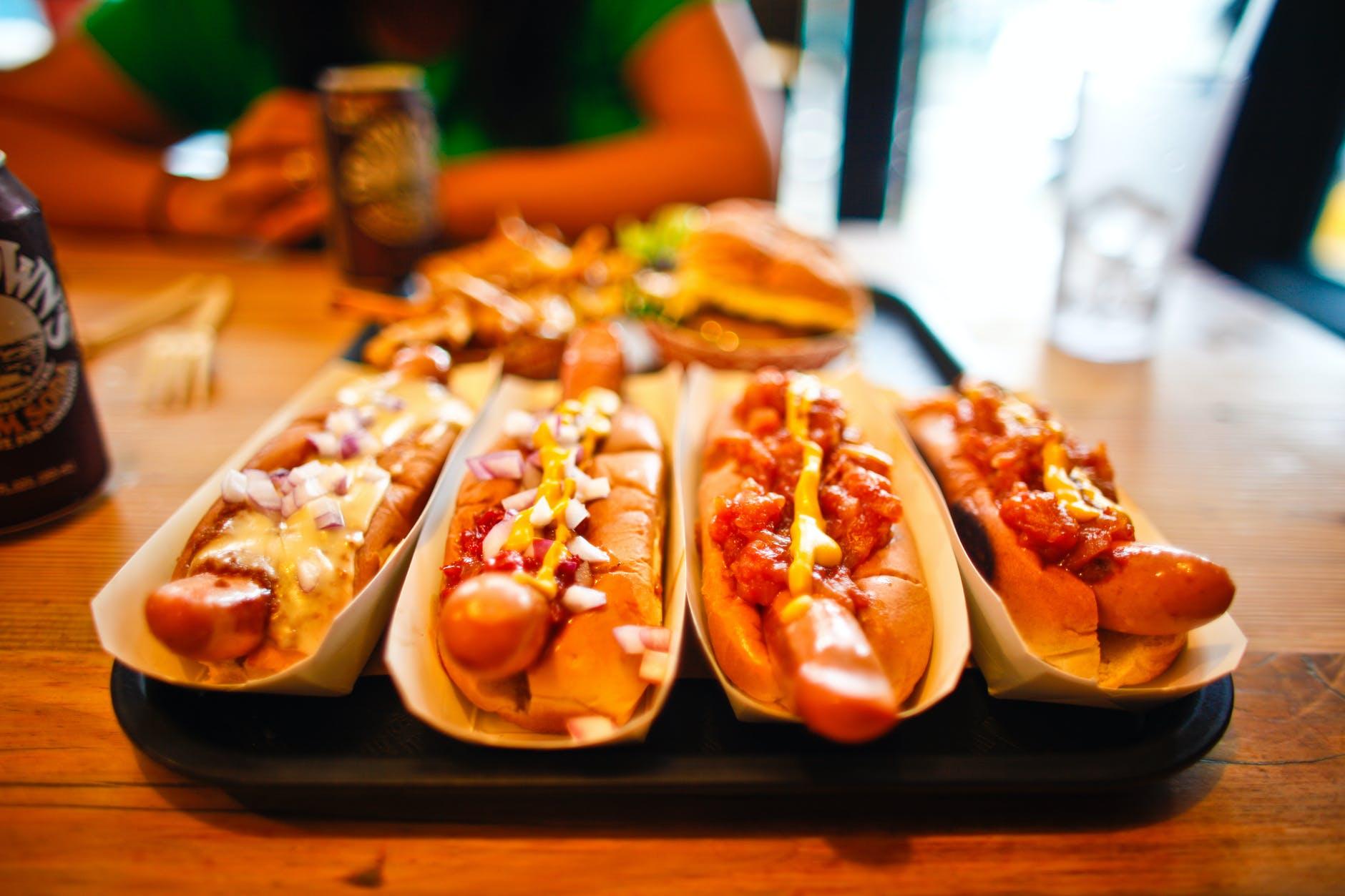 Ce se întâmplă dacă mănânci un hotdog zilnic! Efecte devastatoare pentru organism