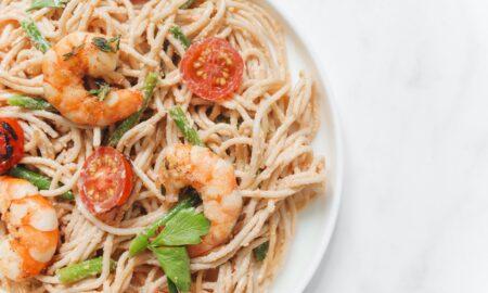 Rețetă PASTE cu creveți în sos alb. Preparatul este demn de o masă gourmet fără a cheltui mulți bani!