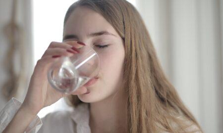 10 beneficii ale apei pentru frumusețea ta