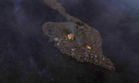 O casă a scăpat neatinsă de de lava fierbinte în infernul provocat de erupția vulcanului din La Palma