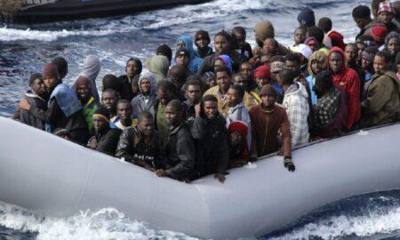 Franța și Marea Britanie, tensiuni pe tema imigranților ilegali. Oamenii ajung în bărci pneumatice umplute până la refuz